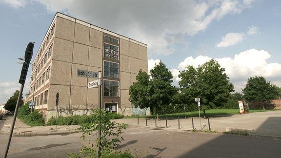 Hausecke und Straßenschild mit der Aufschrift Schlossplatz in Dessau