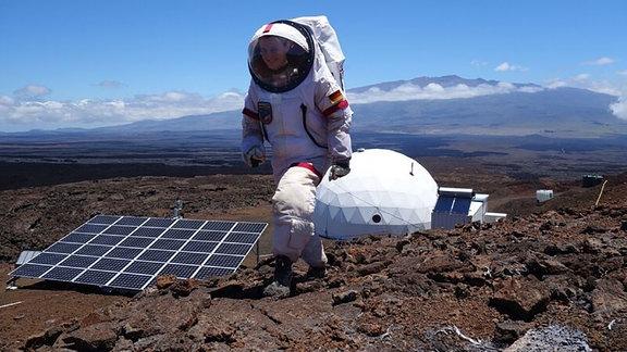 Marsfrau Christiane Heinicke im Astronautenanzug
