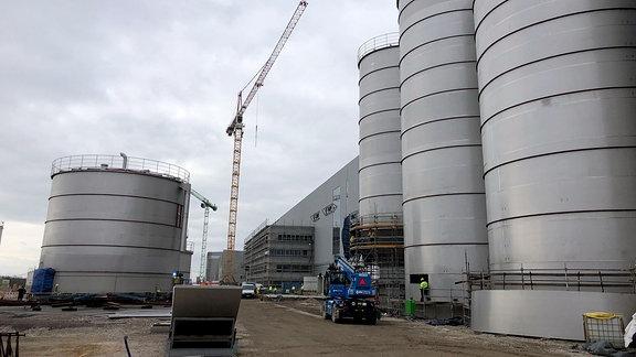 Außenansicht einer im Bau befindlichen Papierfabrik in Sandersdorf-Brehna