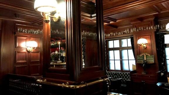 Blick in Bar aus dunklem Holz