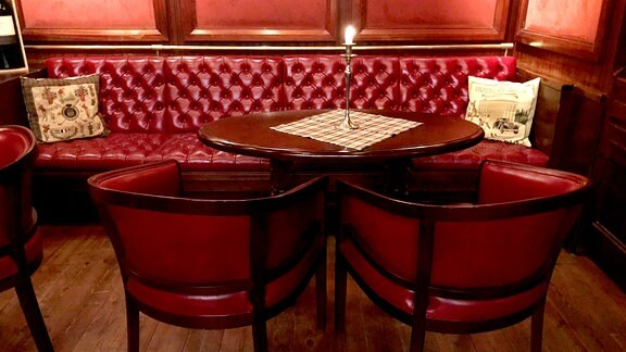 Rote Ledermöbel in einer Bar