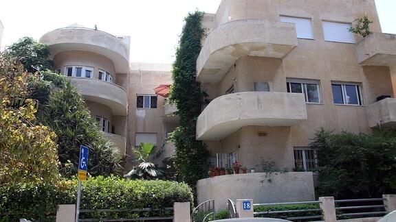 Gebäude mit Balkonen im Bauhausstil in Tel Aviv.