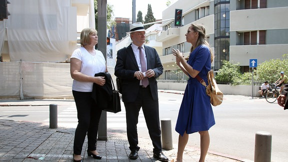 Ministerpräsident Reiner Haseloff und Landtagspräsidentin Gabriele Brakebusch auf einer Führung durch Tel Aviv.