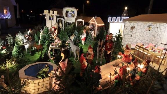 Blick in einen Vorgarten mit allerlei Märchenfiguren