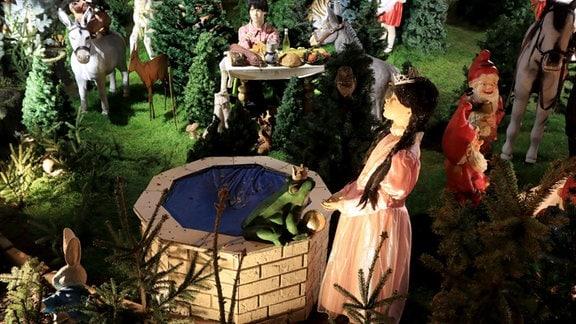 Märchenfiguren in einem Vorgarten - Szene aus Der Froschkönig