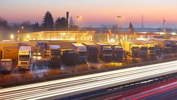 LKWs parken auf dem Rastplatz.