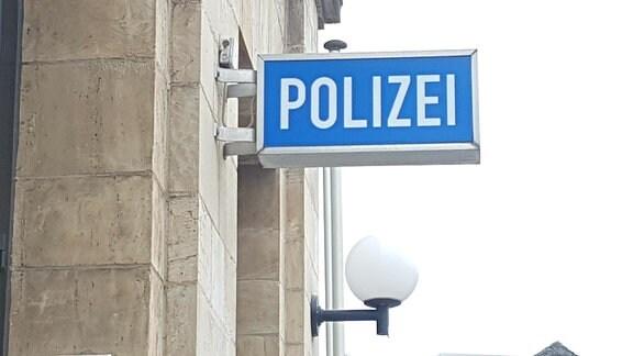 Polizeischild an einem Gebäude. Das Foto entstand vor dem Polizeirevier in Dessau-Roßlau