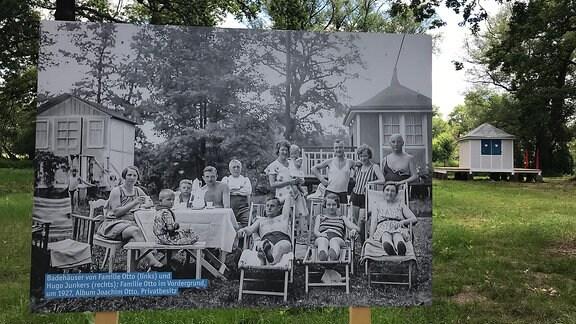 Schwarz-weiß Foto mit Familien, die im Grünen sitzen