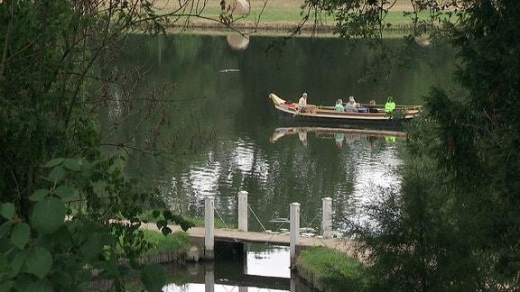 Eine Gondel fährt über den See