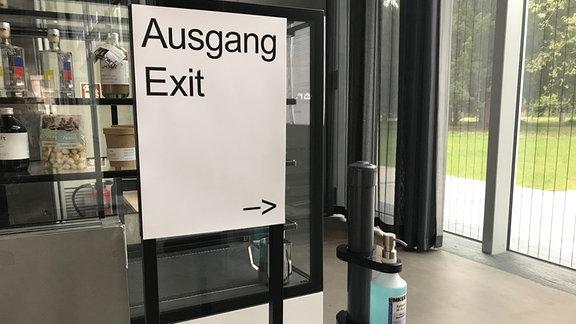Stand mit Desinfektionsmittel an Ausgang des Bauhaus-Museums