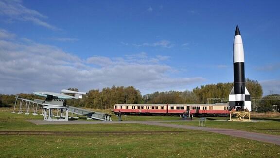 Auߟengelände: Flugbombe Fieseler Fi103 (V1 / V 1) Vergeltungswaffe 1. Mitte: restauriertes Original der Peenemünder Werkbahn. Rechts:Rakete A4 (V2 / V 2) Vergeltungswaffe 2