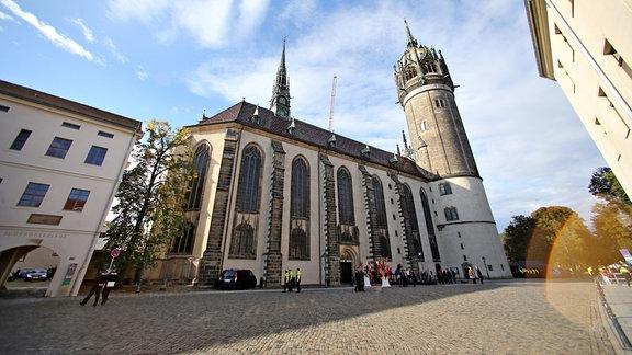 Die Schlosskirche in Lutherstadt Wittenberg (Sachsen-Anhalt), aufgenommen am 02.10.2016. Königin Margrethe II. von Dänemark nimmt am Gottesdienst zur Wiedereröffnung teil und bringt als Geschenk einen Altarbehang für die Kirche mit.