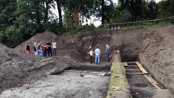 Besucher auf dem Ausgrabungsgelände der Burg Kemberg