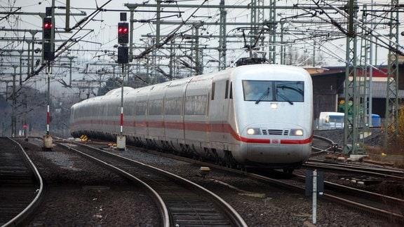Bahnhof Kassel-Wilhelmshöhe / Intercity Express Zug der Deutschen Bahn
