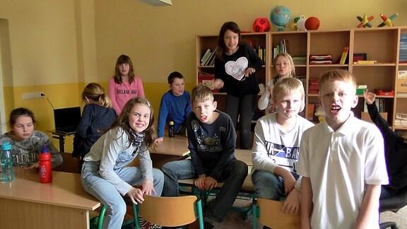 Schüler in einem Klassenzimmer ziehen Grimassen