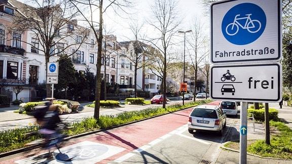 Das Schild einer Fahrradstraße, bei der der Pkw-Verkehr freigegeben ist.