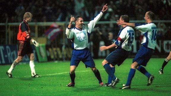 Dirk Hannemann wird nach einem Spiel 2000 von Schmidt und Holz fast umgerannt