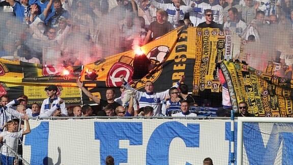 Magdeburger Fans verbrennen Dresdener Fanutensilien