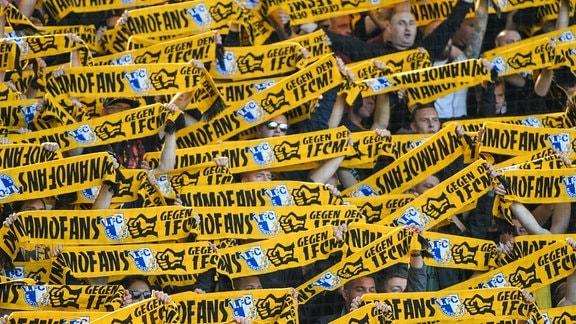 Dresdner Fans mit Schals