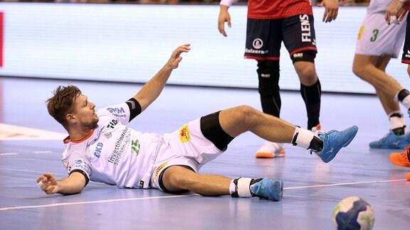 Marko Bazjak, auf dem Boden liegend