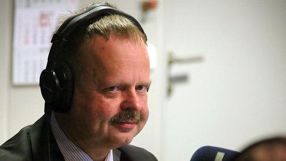 Wulf Gallert, fotografiert durch die Scheibe eines Radiostudios
