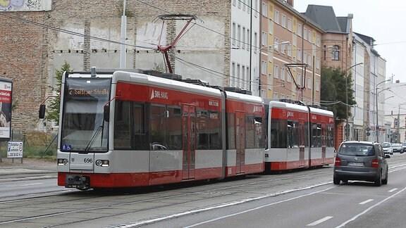Eine Straßenbahn der Linie 2 der Havag in Halle
