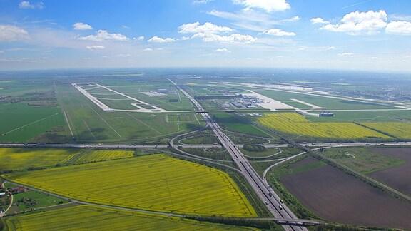 Luftbild des Autobahnkreuzes Schkeuditzer Kreuz, A14 und A9, und des Flughafens Leipzig/Halle