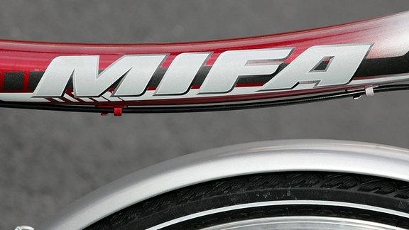 Schriftzug auf dem Rahmen eines Fahrrads der MIFA (Mitteldeutsche Fahrradwerke AG)