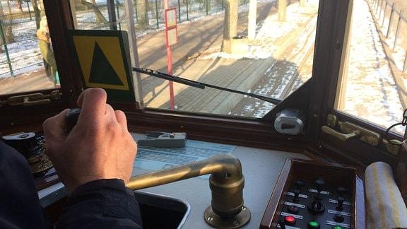 Blick in den Führerstand einer historischen Straßenbahn in Naumburg