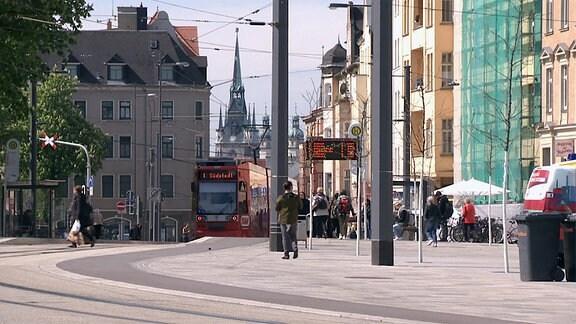 Eine Straßenbahn der Linie 1 fährt am umgestalteten Steintorplatz in Halle Richtung Südstadt