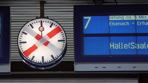 Anzeigetafel der Deutschen Bahn mit dem Hinweis auf eine Verspätung Richtung Halle.