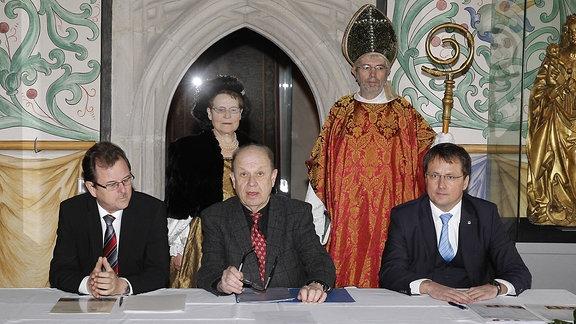 Landrat Frank Bannert , Dechant Curt Becker und Merseburgs Oberbürgermeister Jens Bühligen am 11.02.2014 im Dom Merseburg