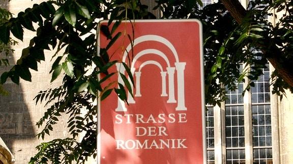 Hinweisschild der Straße der Romanik vor dem Dom in Naumburg