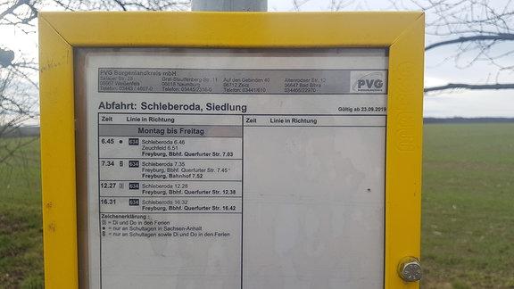 Foto eines Busfahrplans, auf dem nur sehr wenige Verbindungen zu sehen sind.