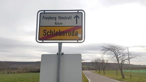 Blick auf ein Ortsschild am Ortsausgang Schleberoda, das den nächstgelegenen Ort Freyburg anzeigt.
