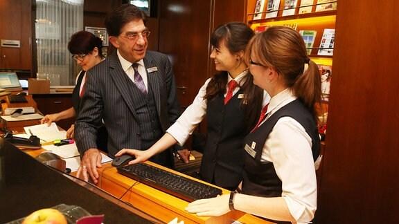 Hoteldirektor Bertram Thieme und Mitarbeiterinnen.