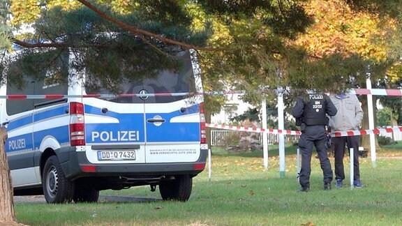 Polizeiauto parkt vor einem Wohnhaus.