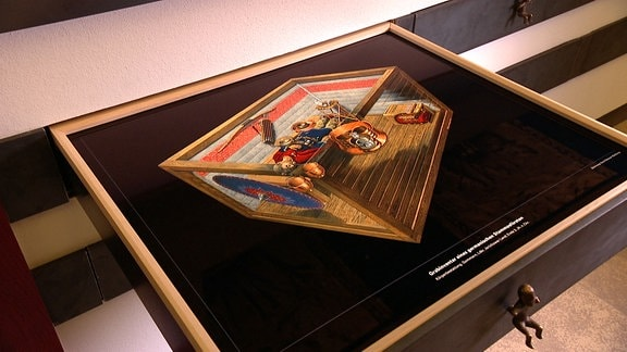 Auf einer Grafik in einer Schublade wird gezeigt, welche Grabbeigaben ein germanischer Stammesfürst erhalten hat