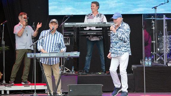 Vier Männer auf einer Bühne