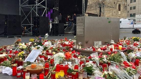 Gedenkstätte auf dem Markt in Halle. Im Hintergrund eine Bühne