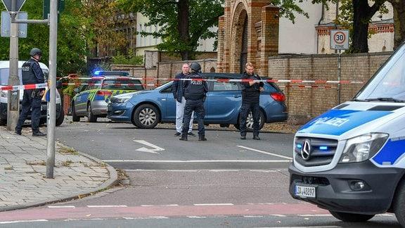 Schwer bewaffnete Polizeikräfte in Halle an der Saale