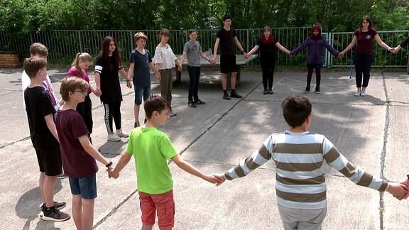 Schüler stehen in einem Kreis
