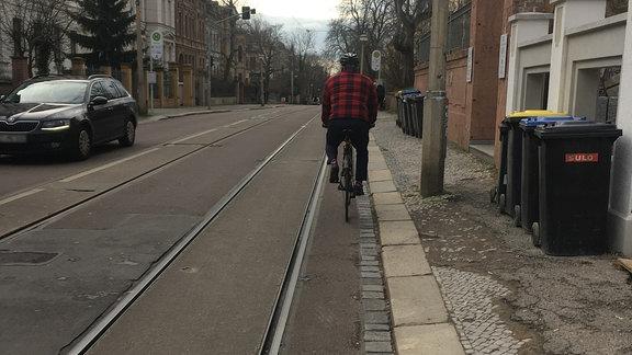 Fahrradfahren in Halle: Ein Radfahrer biegt von der Bernburger Straße links in den Mühlweg ab.