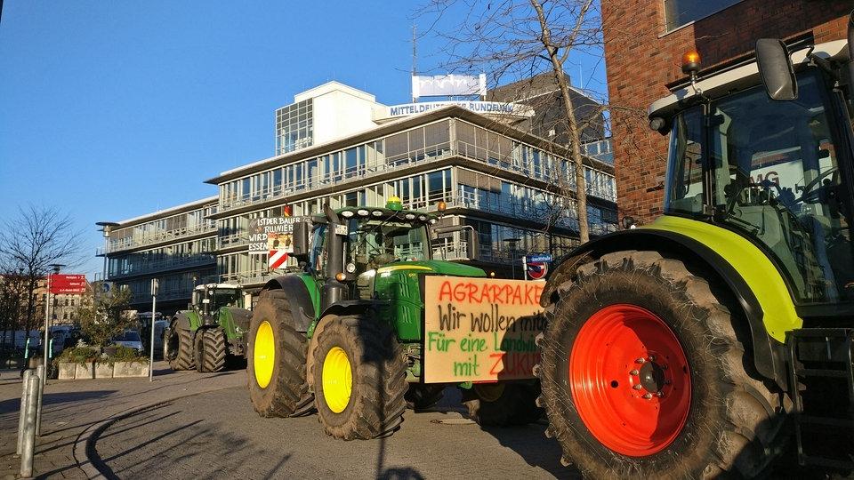 Bauernprotest: mit Trecker-Blockaden gegen Agrarpaket | MDR.DE