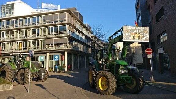 Traktoren stehen in Halle in der Gerberstraße am Rundfunkhaus des MDR