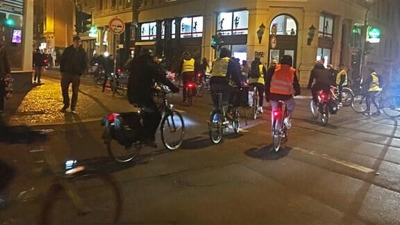 Fahrradfahrer der Initiative Critical Mass fahren gemeinsam in Halle.