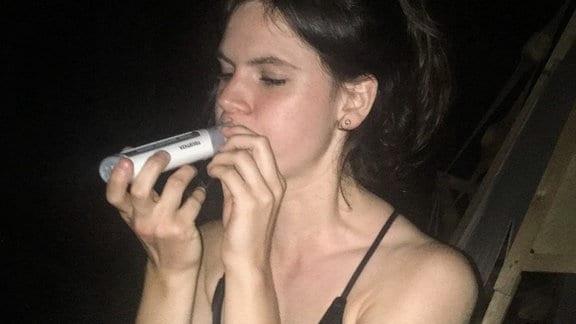 Auf einer Party wird die Lungenfunktion mit einem Spirometer getestet.