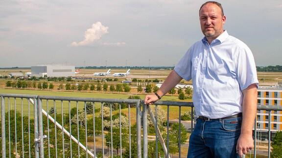 Uwe Schuhart vor dem Flughafen Leipzig