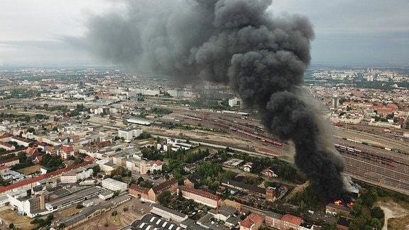 Der ehemalige Schlachthof in Halle brennt
