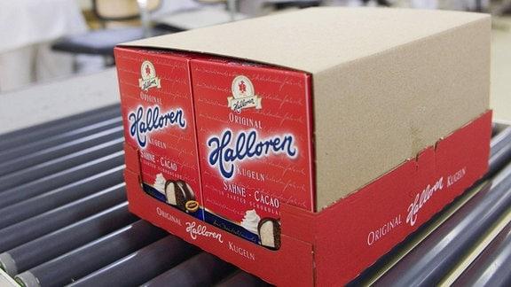 Frisch verpackte Hallorenkugeln auf einem Fließband in der Halloren Schokoladenfabrik in Halle